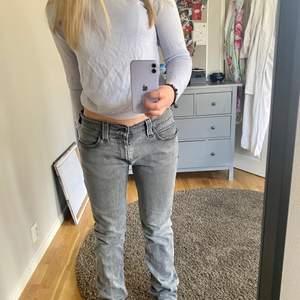 Gråa bootcut jeans från Levis, ljusgråa. Lite stora i midjan där bak. Köpte dom för ca 1000. Passar storlek 38-40 💕