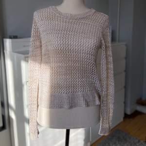 En fin tröja stickad i akryl med små hål igenom på framsidan och ärmarna, i bak är det stickat helt tätt💓 det är lite längre där bak så den går över rumpan en bit, det är i storlek XS men fungerar väldigt bra som S, ganska stor och pösig