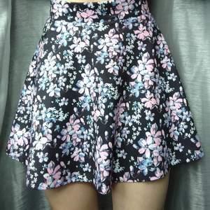 Super fin blommig kjol, använd en gång tidigare (förutom på bilden så klart). Den är köp ifrån New Yorker! Observera att den kan se lite kortare ut på mig, då jag har långa ben!