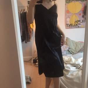 Säljer denna sjukt snygga klänningen som inte kommer till användning längre då jag har andra liknande!