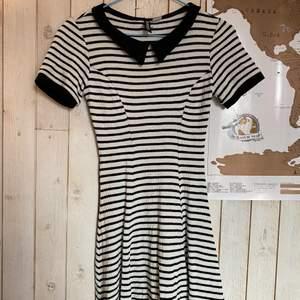 svart-och-vitrandig klänning från hm, säljer då den inte används och är för liten, framhäver formerna superfint, köparen står för frakten och jag kan även mötas upp i örebro🌞🍓