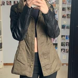 Säljer denna jacka köpt secondhand orginalt från H&m, militärgrön och skinn. Storlek 36✨ Sliten fram på jackan annars i gott skick. Kom gärna med eget förslag annars 80kr+ frakt 66kr❤️❤️