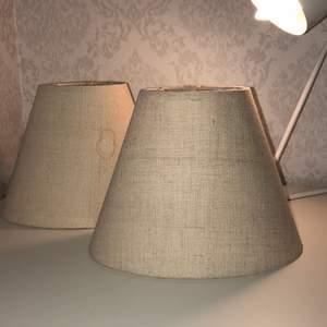 2 lampskärmar, färgen är beige isch.🌸 Ena lampskärmen har en fläck jag jag inte vet om man får bort.🌸 Du betalar endast frakt för dom🌸🌸