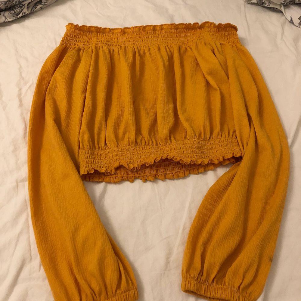 En orange tröja. Vet inte hur många gånger jag använt den. Den är inte söndrig någonstans o sitter perfekt. Köpt på H&M. Blusar.