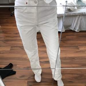 raka vita jeans från zara, skitsnygga och knappt använda
