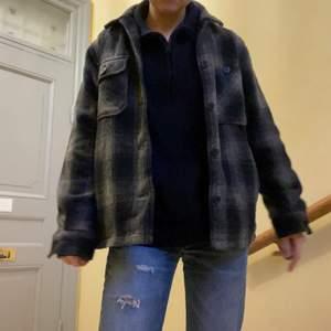 Säljer denna superfina rutiga oversize jackan frön Zara mans avdelning. Den är i storlek M, men jag tycker den sitter snyggt lite oversize på en XS, S