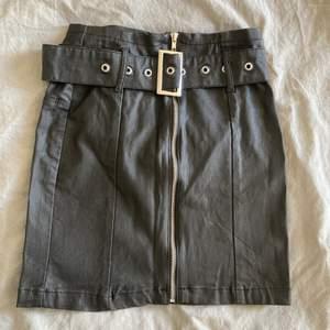 Oanvänd biker fejkskinn kjol från Missguided storlek 38. Säljer pga för liten storlek.