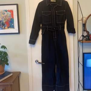 Suuuuper fin byxdress eller jumpsuit från Top Shop i Köpenhamn (så den går inte att köpa i Sverige, helt unik😉). Köpte i fel storlek så alltid varit lite liten för mig tyvärr, säljer därför. Köpte för 999kr (tusen kronor).  Storlek 36 🌟