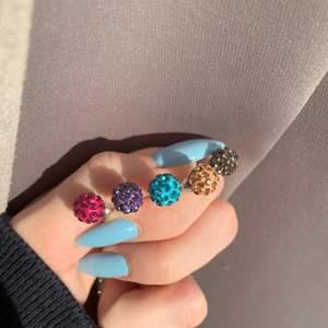 Dessa super glittriga örhängen i klädda i strass kommer i fem färger! Och såklart säljs i par! Paketpris kan ges ut om du köper flera men annars är det 1 par för 25 kr💕😉. Dem som är överkryssade finns ej kvar!