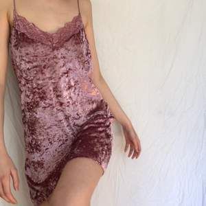 Världens finaste klänning i rosa krossad sammet med fina spetsdetaljer och tunna band från märket Crocker. Nyskick.
