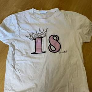 Säljer en av mina nattid t-shirts för jag inte är ett sånt stort fan längre. Bara använd fåtals gånger. Fick den i fel storlek, L. Så den är lite stor på mig som är en S. ❤️