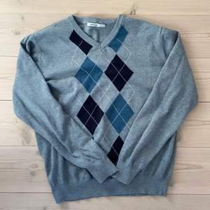 Superfin argyle tröja i bra kvalité. Storlek L, men sitter bra och oversized på mig som vanligtvis är en xs/s! 120kr/högsta bud