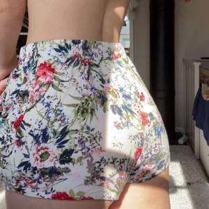 """Jag säljer dessa super söta små short för de aldrig används:/ de är i ett luftigt """"ribbat"""" material med blommor på. Använda fåtal gånger! De har två fickor, en på vardera sida."""