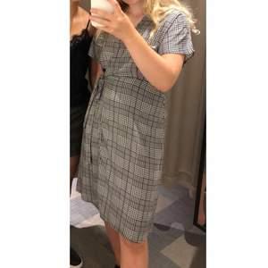 Så fin grå rutig omlottklänning från Lindex. Nästan aldrig använd. Köparen står för frakt!💓