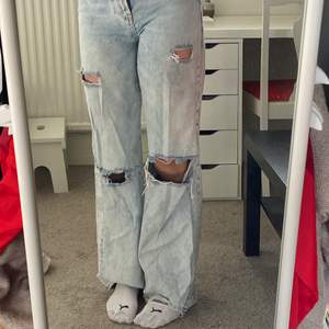 Bershka 90's jeans med hål, nästan aldrig använda. säljer pga inte min stil längre. Är ca 170cm och passar mig perfekt i längden. Köparen står för frakt. 💕☺️