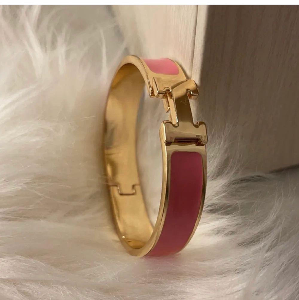 Jätte fina Hermes armband som är oanvända. Finns i vit/ rosa med guld men andra färger kan beställas. 1=250kr, 2=400kr. Box och påse kan fixas för 50kr. Kan skickas spårbart eller med frimärke eller hämtas i Malmö :) (kopior). Accessoarer.