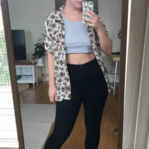 Blommig kortärmad superskön skjorta från Vero Moda i storlek M.
