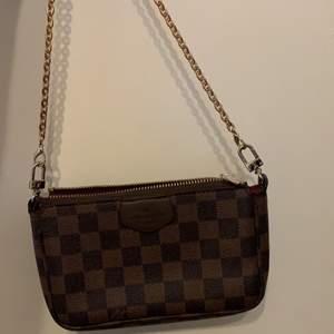 Säljer denna fina Lv väska med kort band. super söt och rymer mycket