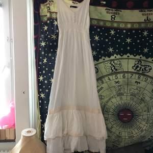 Jättefin hippieklänning, bilden är inte så bra men den är verkligen jättemycket finare på! Lite cottagecore eller kanske hippie vibes, säljer för den ej passar mig längre. Köpt från zoul