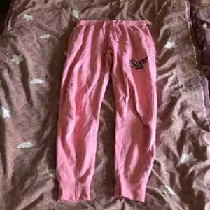 Mjukisbyxor från Svea i storlek S i färgen rosa. Inte jätte högmidjade. Haft 1 1/2 år, men inte använt ofta. Har en ficka på varje sida