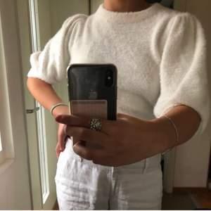 Superfin vit blommig gosig tröja från h&m i storlek xs men skulle säga att den även passar s och m. Köpt här på plick men kommer inte till använding. Hör av dig vid frågor, frakten ingår inte i priset!💘💘 (bild lånad av förra säljaren)