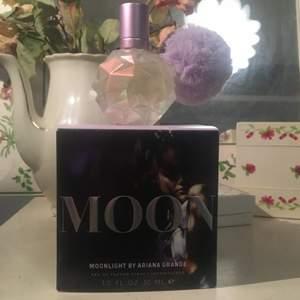 Säljer min 30ml moonlight parfym av Ariana grande. Nästan aldrig använt, kan sälja den för 125kr + frakten :) (man får oxå med kartongen)