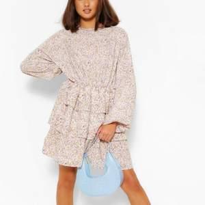 Blommig klänning med volanger från boohoo. Superduper skön men har aldrig fått användning för den så den har bara legat i garderoben. Nypris 150kr så säljer den för 100kr.
