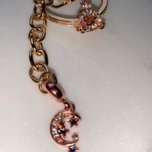 Säljer handgjorda nyckelringar & örhängen ✨🌜💫                   Den här är en av mina favoriter den blev så gullig och smycket är en liten askungen vagn😍                                                  Om man köper två nyckelringar så blir de 100kr istället.     (bild nr 2 är en annan nyckelring som jag säljer, den vissar hela nyckelringen bättre de är i samma model bara andra modiv på dem)