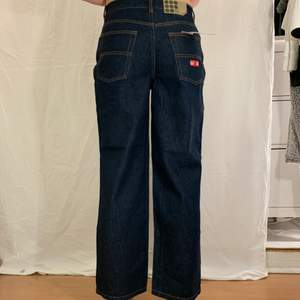 Mörkblå jeans från (A). Nyskick, prislapp kvar.