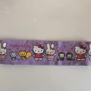 Sött hello kitty hårband som är köpt för länge sedan. Har endast liten tråd som hoppat upp (kolla 2 bild vid musen). Men knappt något som märks. Köparen står för frakten! 💗