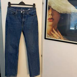 Raka blåa jeans från Weekday. Modell Voyage, är använda fåtal gånger. Säljer pga storleken inte passade. Skick 9/10, Storlek: Midja-27 Längd-28. Originalpris är 500kr. Köparen står för frakt.