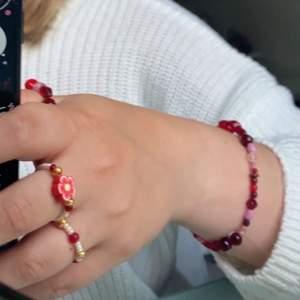 Säljer dessa smycken (ett armband, två halsband och sex ringar) som jag gjort själv. Säljer då jag har alldeles för mycket smycken men tycker fortfarande det är kul och pärla :) Alla dessa smycken är helt oanvända bortset från bilderna då. Storlekarna på ringarna passar de flesta, alltså jag har ingen speciell storlek men jag som har dom på bilden har i vanliga fall M/L i ringar!