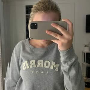 grå morris sweatshirt i fint skick, använd fåtal gånger, storlek s