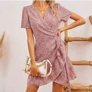 Denna fina klänningen är köpt från shein som jag köpte från en tjej här på plick å hon hade endast testat den💕jag säljer den då den inte passa mej, Nypris 142kr😊80kr+ frakt