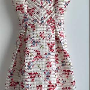 Excellent condition summer dress. Polyester.