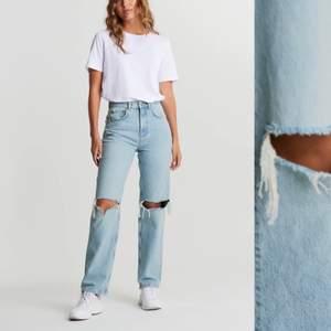 Säljer dessa populära jeans. De är i mycket bra skick(skulle dock behöva strykas som man ser, det gör jag innan jag skickar). Frakt kostar 60kr, annars kan jag mötas upp i Stockholm💕 Skriv för fler bilder eller frågor✨✨                                                  (Läs gärna villkoren i min bio innan du köper). Är fler intresserade blir det budgivning och högsta bud kommer isåfall stå här i beskrivningen.