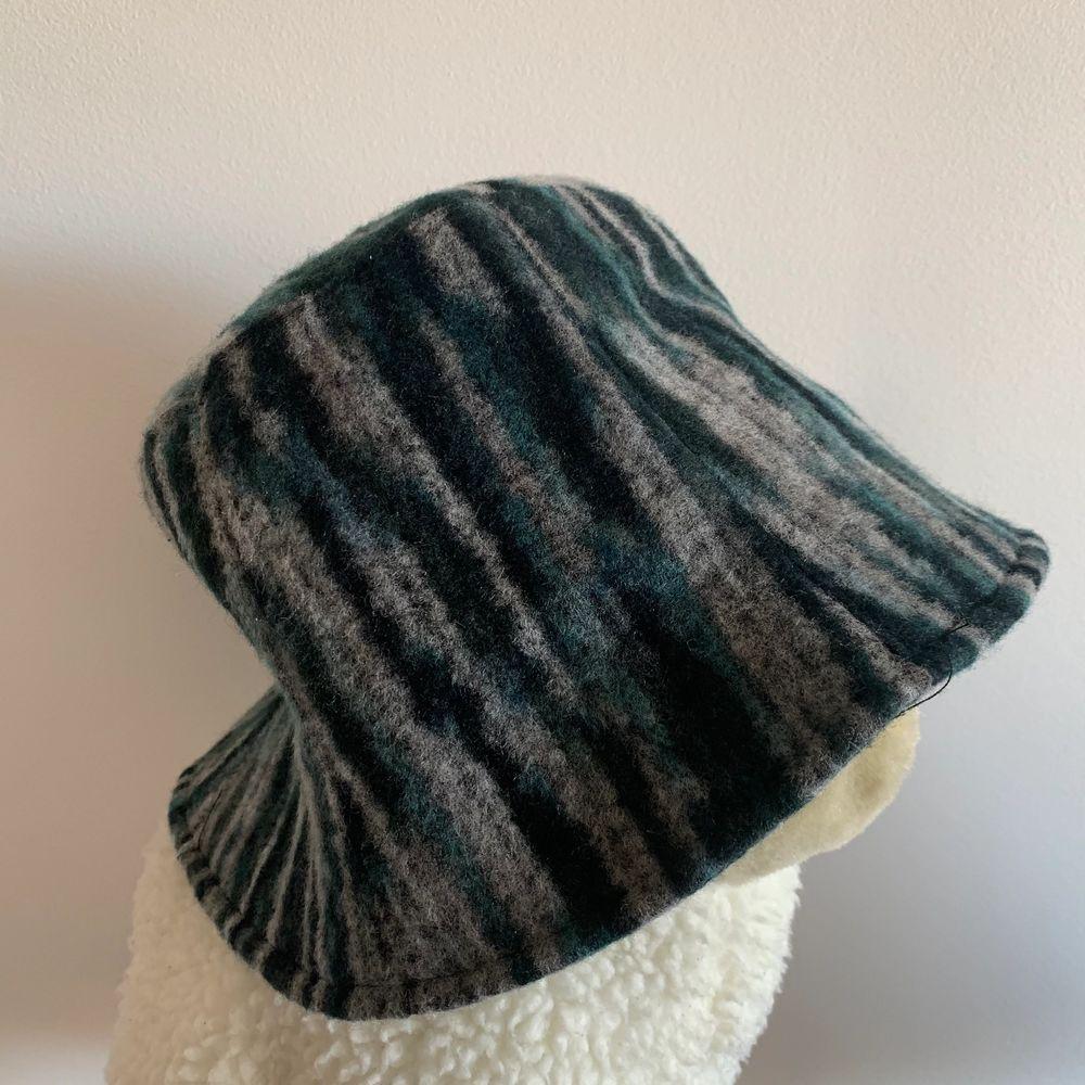 helt ny hatt, det var en gåva men inte min stil :)) storleken kan justeras ❤️ 95kr inklusive frakt . Accessoarer.