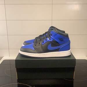 """Jordan 1 mid """"Hyper Royal"""". Finns i alla storlekar mellan 36-40. Skorna är äkta och kvitto finns på samtliga par. Jag kan frakta skorna emot ett pris på 99kr styck."""