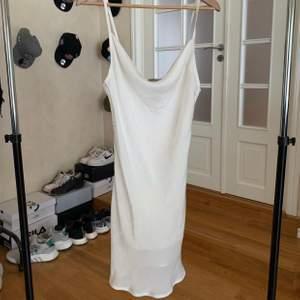 Supersnygg klänning i silkesimitation. Använd 1-2 gånger Max. Strl M