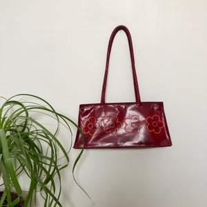 En jättesöt röd handväska. Använt skick. En liten skavank på ena handtaget (se bild 3). Mått: ca 30x15cm. ❗️Köparen står för frakten❗️Fråga om du har några funderingar🌸🌟