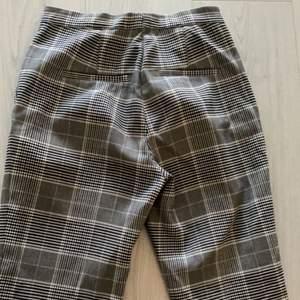 Fina byxor från H&M i rutmönster, säljer då de inte kommer till användning, storlek 34🤍köparen står för frakten