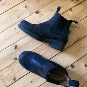 Chelsea boots från Johnny Bulls i storlek 37! Använda under en vinter och därmed inte i nyskick, men fortfarande fräscha! Säljer dem vidare då de inte är min stil. Köparen står för frakt!