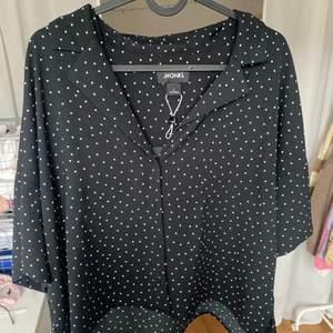 Fin skjorta/blus som man kan knäppa upp och ha till ett linne till exempel