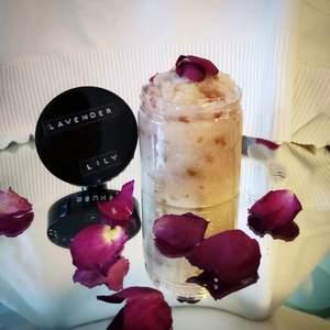 Lavender/Ros scrub Finns nu att beställa🥳  Lavenderdoften ger dig ett lungn och en relaxande känsla efter en stressig dag🥺