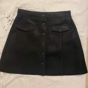 Superfin svart kjol i falsk läder från H&M. Superfin på och skön att även ha på sig. Jag använde den under ett tillfälle i storlek 38.