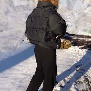 Oversized vinterjacka i äkta dun från Mc. Ross. Lite sliten men absolut i okej skick. Det finns resår i midjan för att ändra passformen. Möts i Stockholm annars står du för frakt, hör av dig vid frågar!