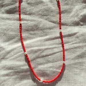 Så fint rött halsband med små pärlor. Passar så bra till sommaren!! Finns även i blått, gult och svart🥰 Fler smycken på insta @sthlm.jewelry💜💜