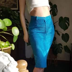 Vintage kjol i manchester från H&M. 🦋🦋💎💎🌻  Gjord i England! I en vintage storlek 40, passar bäst på en S eller M. Jag på bild brukar ha S/M i underdelar.   Går ner över knäna på mig som är 170 cm. Har en slits i mitten framme. Hade också varit fin att klippa till en kortare kjol. Färgen stämmer överens med bilderna. Först till kvarn! 💫+frakt 66kr