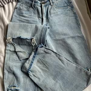 säljer dessa vida/baggy jeans med hål på knäna köpta på bohoo, rätt långa då jag vikt upp de en aning längst ner - på mig som är ca170cm!