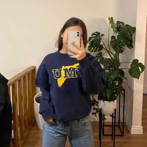 Assnygg marinblåa vintage tröja köpt här på plick (bilder från förra ägaren) säljs vid bra bud då de är en favvo! Start bud från 350 kr :)  + frakt som tillkommer🤠 Pris kan diskuteras vid snabbaffär <3